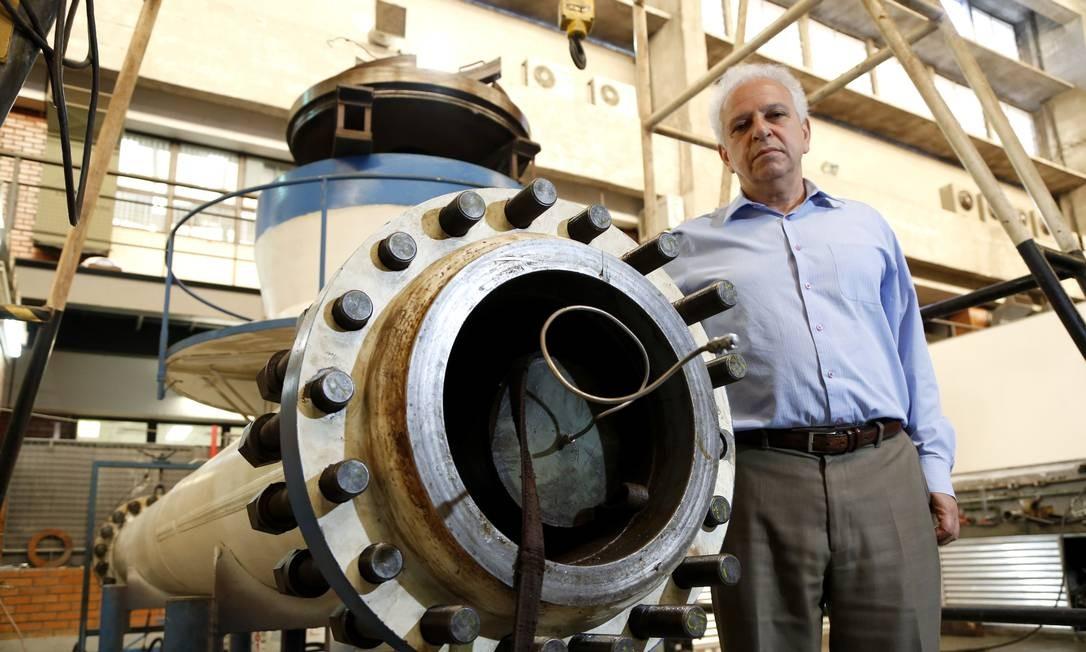 Segen Estefen, professor de estruturas oceânicas da COPPE / UFRJ mostra o protótipo em escala reduzida do gerador de energia com ondas do mar Foto: Agência O Globo / Fabio Rossi