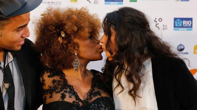 A cantora Elza Soares com a diretora do filme sobre sua vida, Elizabete Martins Campos Foto: Alexandre Cassiano / Agência O Globo
