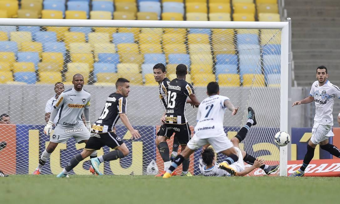 O Grêmio chega com perigo à área do Botafogo Foto: Alexandre Cassiano / Agência O Globo