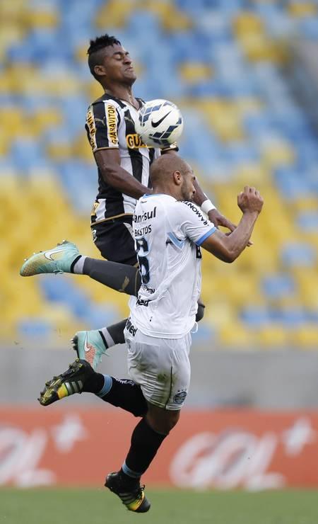 Dankler e Fellipe Bastos disputam a bola no Maracanã Foto: Alexandre Cassiano / Agência O Globo