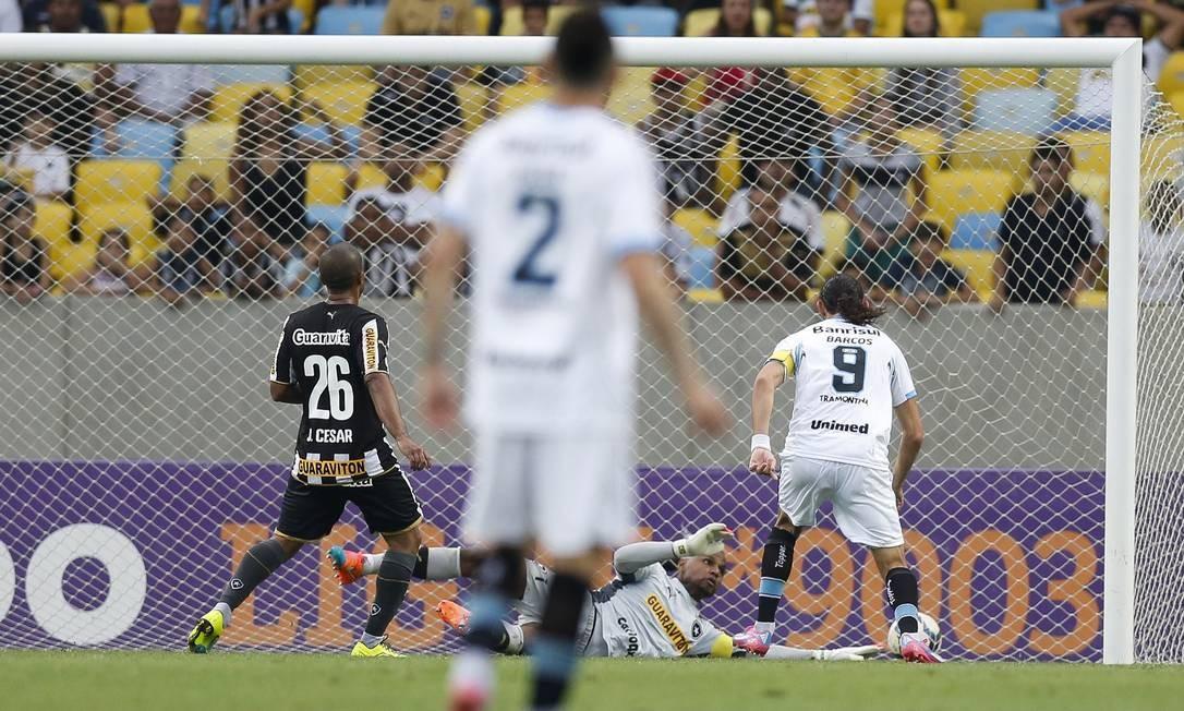 Barcos, número 9, toca para o fundo das redes, no segundo gol do Grêmio Foto: Alexandre Cassiano / Agência O Globo