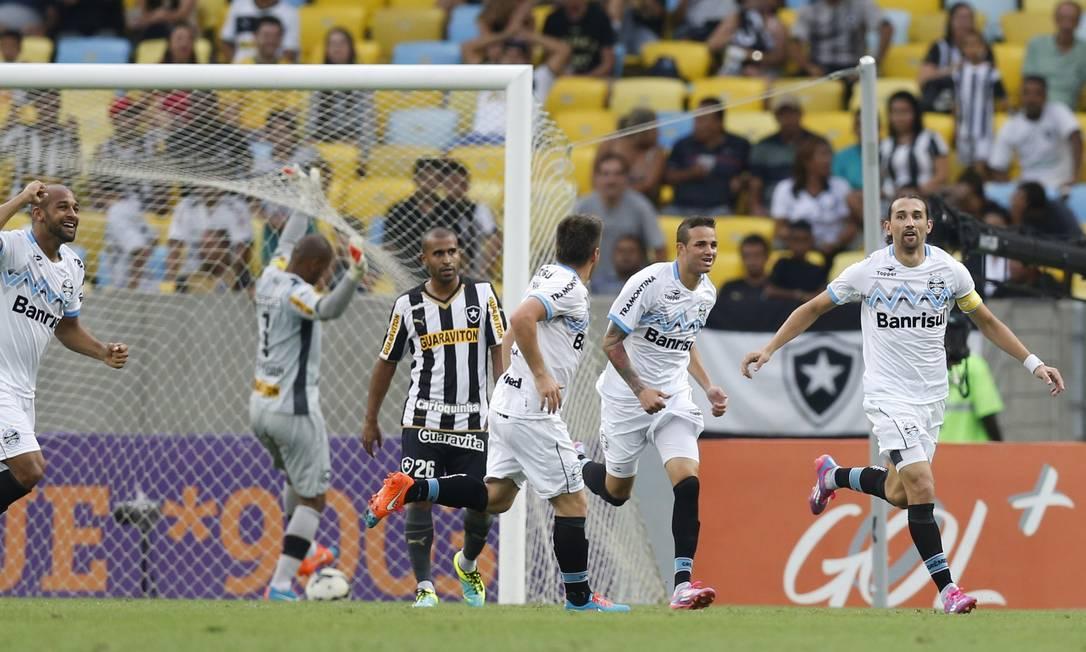 A festa de Barcos contrasta com a decepção de Júlio César, do Botafogo Foto: Alexandre Cassiano / Agência O Globo