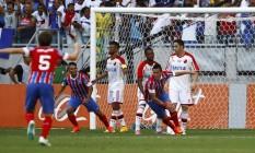 Emanuel Biancuchi, à direita, comemora o primeiro gol do Bahia Foto: Terceiro / Agência O Globo