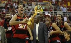 Marcelinho ergue o troféu após a conquista da Copa Intercontinental no HSBC Arena Foto: Alexandre Cassiano / O Globo