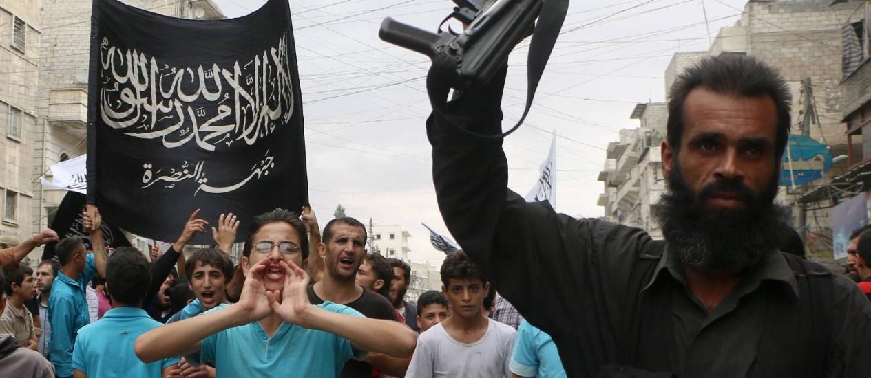 Manifestantes a favor de Frente al-Nusra protestam em Aleppo contra o presidente sírio, Bashar al-Assad. Foto: AFP - 26-09-2014