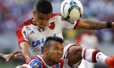 Everton, do Flamengo, divide a bola com Railan, do Bahia Foto: Terceiro / Agência O Globo