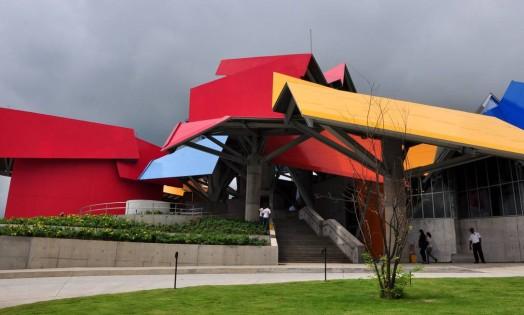 Entrada do Biomuseo, o primeiro prédio do arquiteto Frank Gehry na América Latina Foto: Ed Grimaldo / AFP