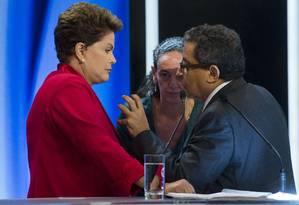 Dilma conversa com marqueteiro em intervalo de debate Foto: NELSON ALMEIDA / AFP