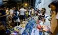"""Comidas e bebidas são fornecidos gratuitamente aos manifestantes durante o protesto. A limpeza das ruas tem sido o ponto alto da """"Revolução Guarda-Chuva""""."""