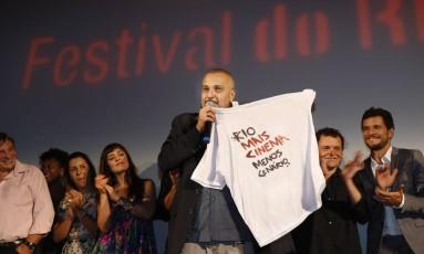 """O diretor do longa """"Sangue azul"""", Lírio Ferreira, é aplaudido ao erguer a camisa do movimento Rio: Mais Cinema, Menos Cenário. Foto: Marcos Ramos / Agência O Globo"""