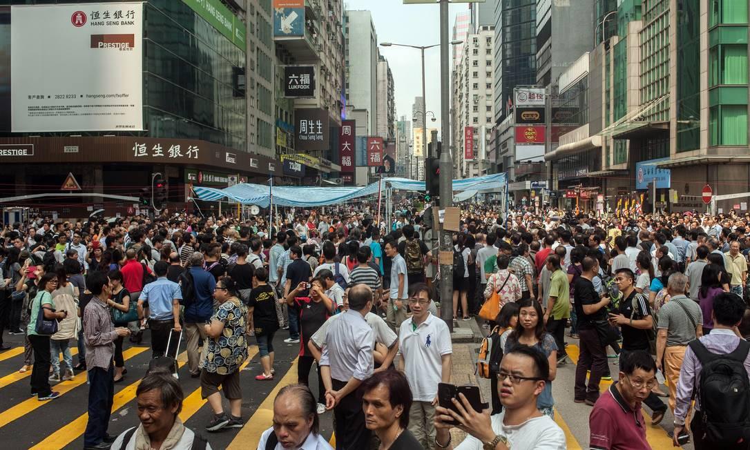 Ativistas pró-democracia ocupam o distrito Kowloon em Hong Kong Foto: ANTHONY WALLACE / AFP