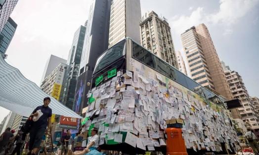 Em Hong Kong, mensagens de apoio ao manifestantes são exibidas na carroceria de um ônibus Foto: PHILIPPE LOPEZ / AFP