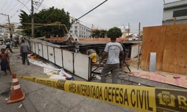 Cobertura de posto de gasolina desaba no Largo do Bicão, na Vila da Penha Foto: Hudson Pontes / O Globo