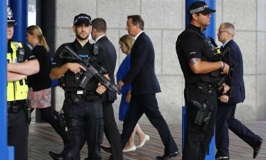 Política armada. David Cameron, no centro, chega ao congresso do Partido Conservador, em Birmingham Foto: DARREN STAPLES/REUTERS