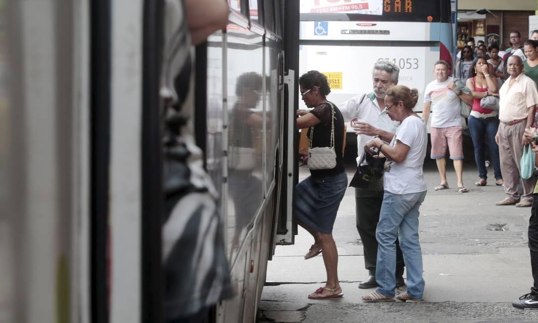 Movimentação no terminal de ônibus da Central do Brasil. Idosos criticam acesso a transporte público, um dos piores índices do relatório do Global AgeWatch Index, que reúne dados de 96 países, como o Brasil Foto: / Pedro Kirilos