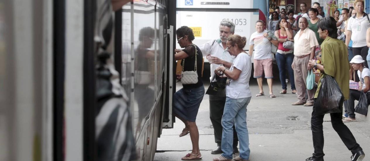 Movimentação no terminal de ônibus da Central do Brasil. Idosos criticam acesso a transporte público, um dos piores índices do relatório do Global AgeWatch Index, que reúne dados de 96 países, como o Brasil Foto: Pedro Kirilos