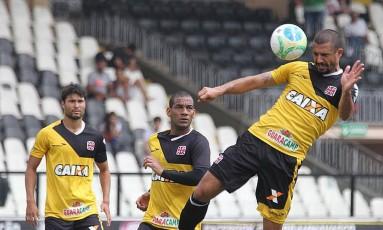 Douglas Silva cabeceia a bola no treino do Vasco Foto: MarceloSadio / Vasco da Gama