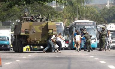Tanque do Exército é usado para proteger pedestres de tiroteio no Complexo da Maré Foto: Alexandre Cassiano / Agência O Globo
