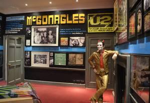 Figura alusiva a Bono na sala dedicada ao U2 no Little Museum of Dublin, na capital irlandesa Foto: Cristina Massari / O Globo