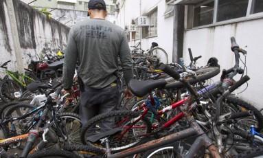 Pátio de uma delegacia da Zona Sul lotado de bicicletas recuperadas: devolução é difícil porque, muitas vezes, vítimas de assaltos não fazem registros dos crimes Foto: Fernando Quevedo / Agência O Globo