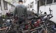 Pátio de uma delegacia da Zona Sul lotado de bicicletas recuperadas: devolução é difícil porque, muitas vezes, vítimas de assaltos não fazem registros dos crimes