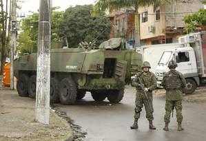 Um dia após os ataques de traficantes, o Rio amanheceu com reforço no policiamento em diversas comunidades Foto: Gabriel de Paiva / Agência O Globo