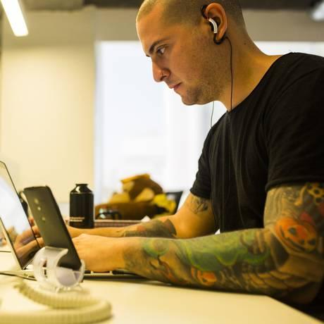 Ultraconectado, Lucas Camacho, que trabalha com redes sociais, não desliga do celular nem do computador Foto: Fabio Seixo / Agência O Globo