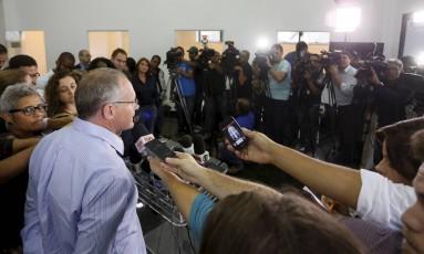 Secretário de Segurança José Mariano Beltrame conversa com jornalistas após reunião da cúpula da segurança Foto: Marcos Tristão / O Globo