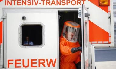 Paramédico prepara ambulâncias que vão transportar pacientes de ebola do aeroporto de Frankfurt, na Alemanha, para a Universidade Clínica da cidade Foto: KAI PFAFFENBACH / REUTERS