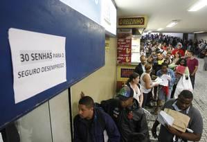 Fila para pedir seguro-desemprego, no Centro do Rio Foto: EDUARDO NADDAS / AGÊNCIA O GLOBO / 10-7-2014