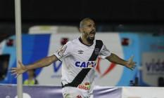 Douglas Silva comemora gol pelo Vasco Foto: Márcio Alves / Agência O Globo