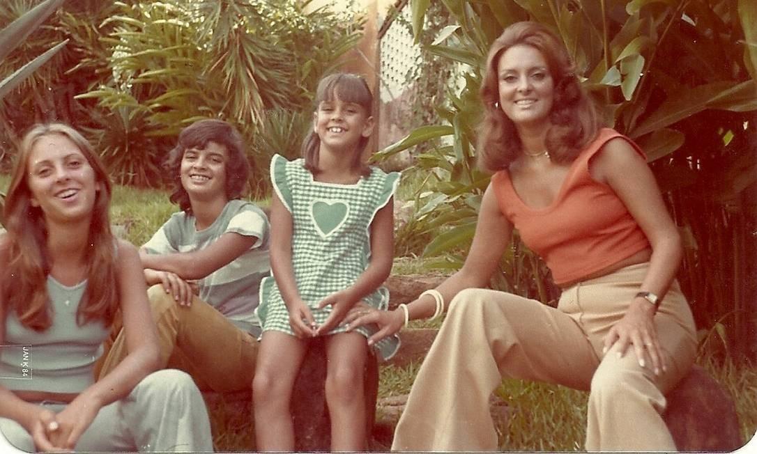Aécio Neves com as irmãs, Andréa (à esquerda) e Angela e a mãe, Inês Foto: Arquivo pessoal / Arquivo pessoal