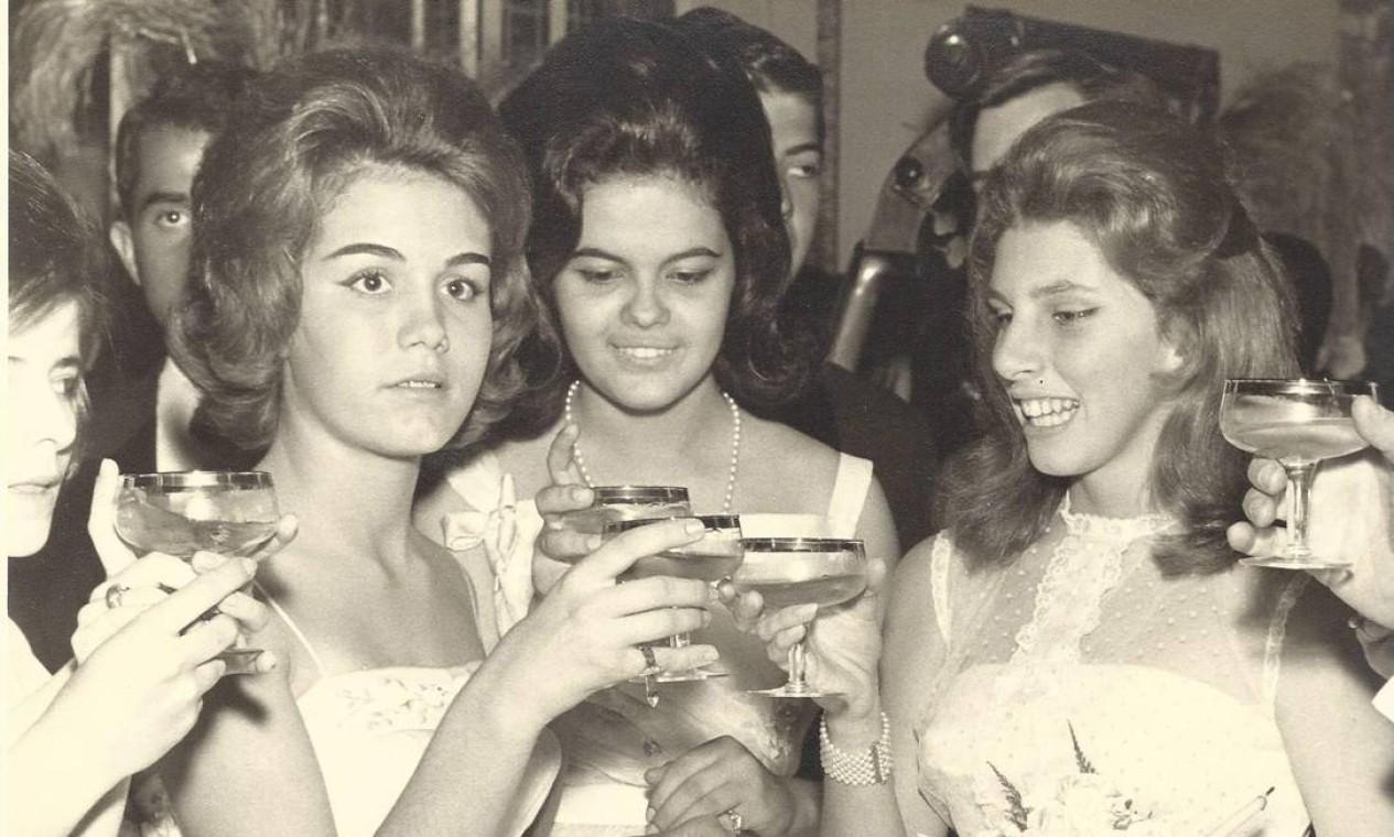 Em Minas Gerais, Dilma no centro com as amigas Heloisa Fonseca (à esquerda) e a debutante Sandra em 1961 Foto: Arquivo pessoal / Arquivo pessoal