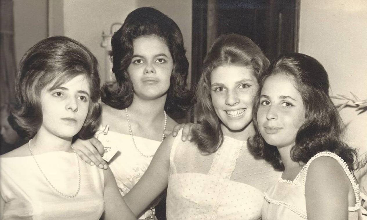 Dilma na festa de 15 anos da amiga Sandra Borges em Belo Horizonte no início dos anos 1960 Foto: Arquivo Pessoal
