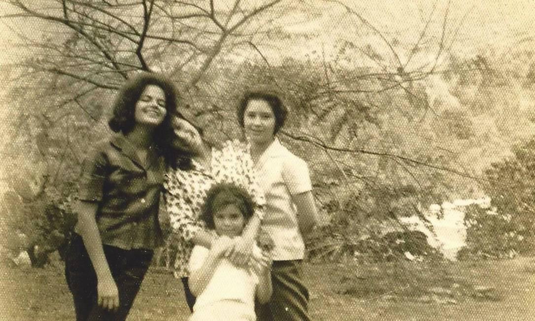 Dilma com Sandra (ao centro), Aparecida e Angela Mascarenhas em 1960 no Clube Campestre Foto: Arquivo Pessoal / Arquivo Pessoal