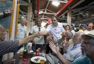 Os candidatos Paulo Camara e Fernando Bezerra Coelho visitam o tradicional Mercado da Madalena Foto: Hans von Manteuffel / Agência O Globo