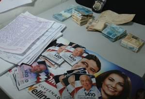 Montante apreendido foi de R$ R$ 32.290 em espécie e dois cheques de R$ 10 mil cada, além de material de campanha Foto: Divulgação
