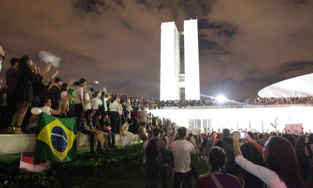 Manifestantes tomam parte externa do Congresso Nacional em um dos protestos do ano passado. Para especialistas, insatisfação com a política deve continuar. Foto: André Coelho / O Globo/17-6-2013
