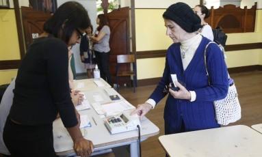 Eleitora usa a urna biométrica no Liceu Nilo Peçanha, em Niterói Foto: Ana Branco / Agência O Globo