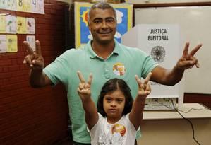 Romário votou na Escola Joseph Bloch, em Parada de Lucas, ao lado da filha Foto: Cezar Loureiro / O Globo