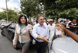 O candidato Anthony Garotinho (PR) votou ao lado de Rosinha, em Campos Foto: Agência O Globo