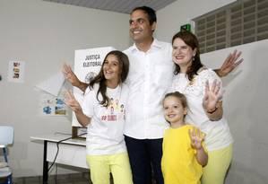 O candidato Paulo Câmara (PSB) votou com a família Foto: Hans von Manteuffel / Agência O Globo