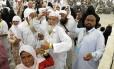 Peregrinos muçulmanos lançam pedras contra Satanás. Ato faz parte do rito da peregrinação anual a Meca