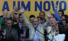 O governador de São Paulo, Geraldo Alckmin (PSDB), comemora vitória sobre seus adversários no primeiro turno Foto: Michel Filho / Agência O Globo