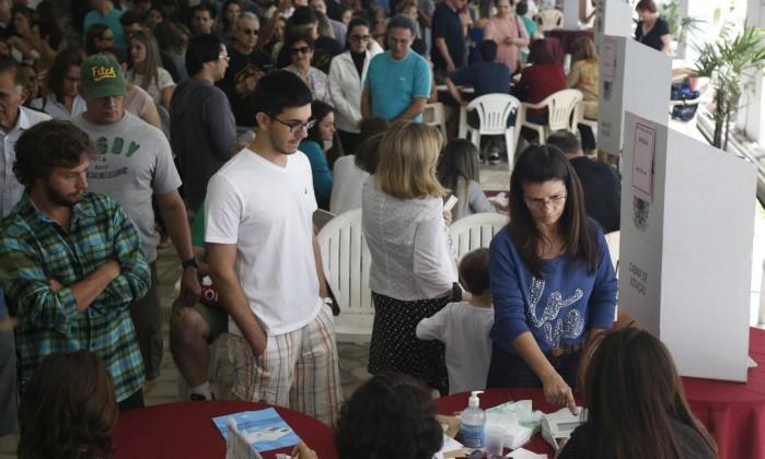 Votação no Clube Central, no bairro de Icaraí, em Niterói: sistema biométrico causou filas em várias cidades do estado Foto: Ana Branco