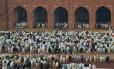 Muçulmanos de todo o mundo estão celebrando o festival anual de Eid al-Adha, ou Festa do Sacrifício, que marca o fim da peregrinação Hajj a Meca e comemora a disposição do profeta Abraão rm sacrificar seu filho para mostrar a obediência a Deus