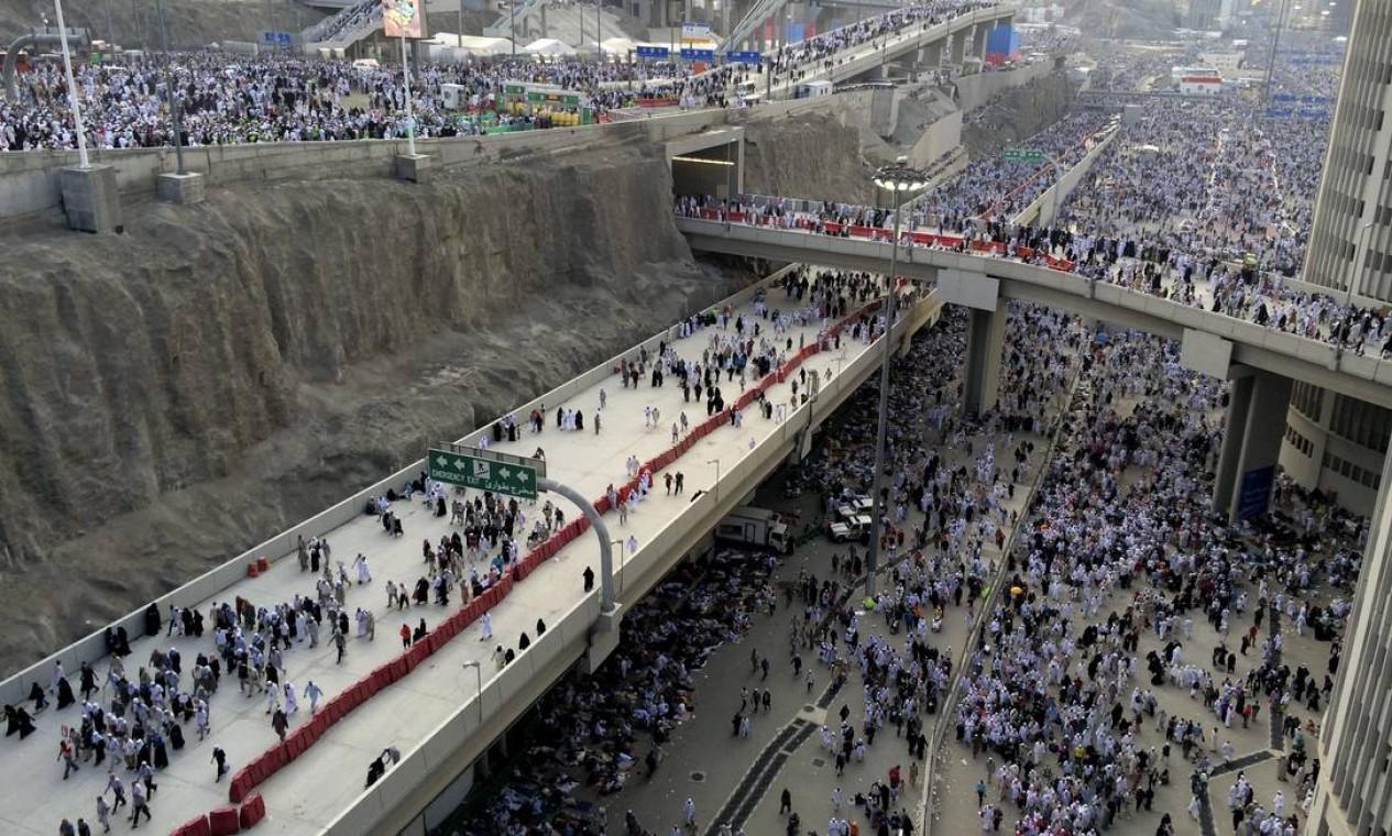 Milhares de peregrinos muçulmanos se dirigem para atirar pedras em um pilar, simbolizando o apedrejamento de Satanás durante a peregrinação anual, conhecida como hajj, fora de Meca, na Arábia Saudita Foto: Khalid Mohammed / AP