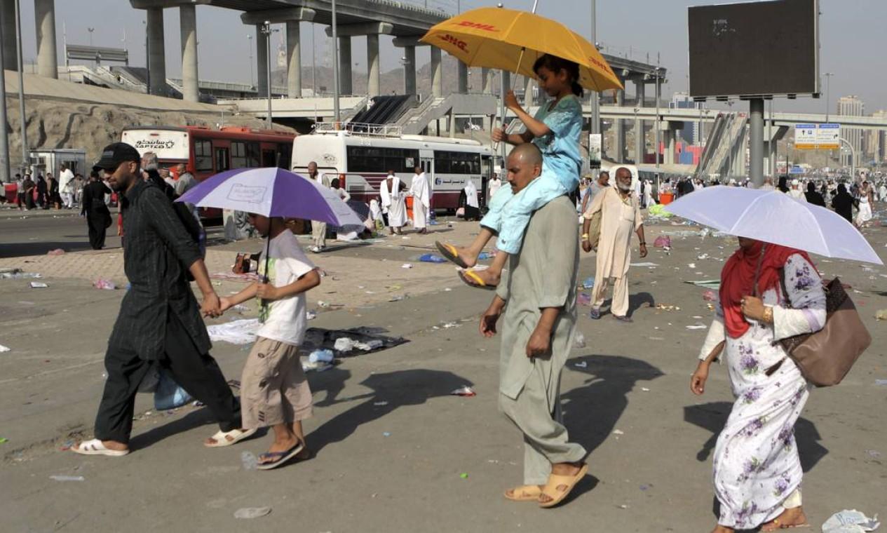 Homens, mulheres e crianças participam das celebrações Foto: Khalid Mohammed / AP