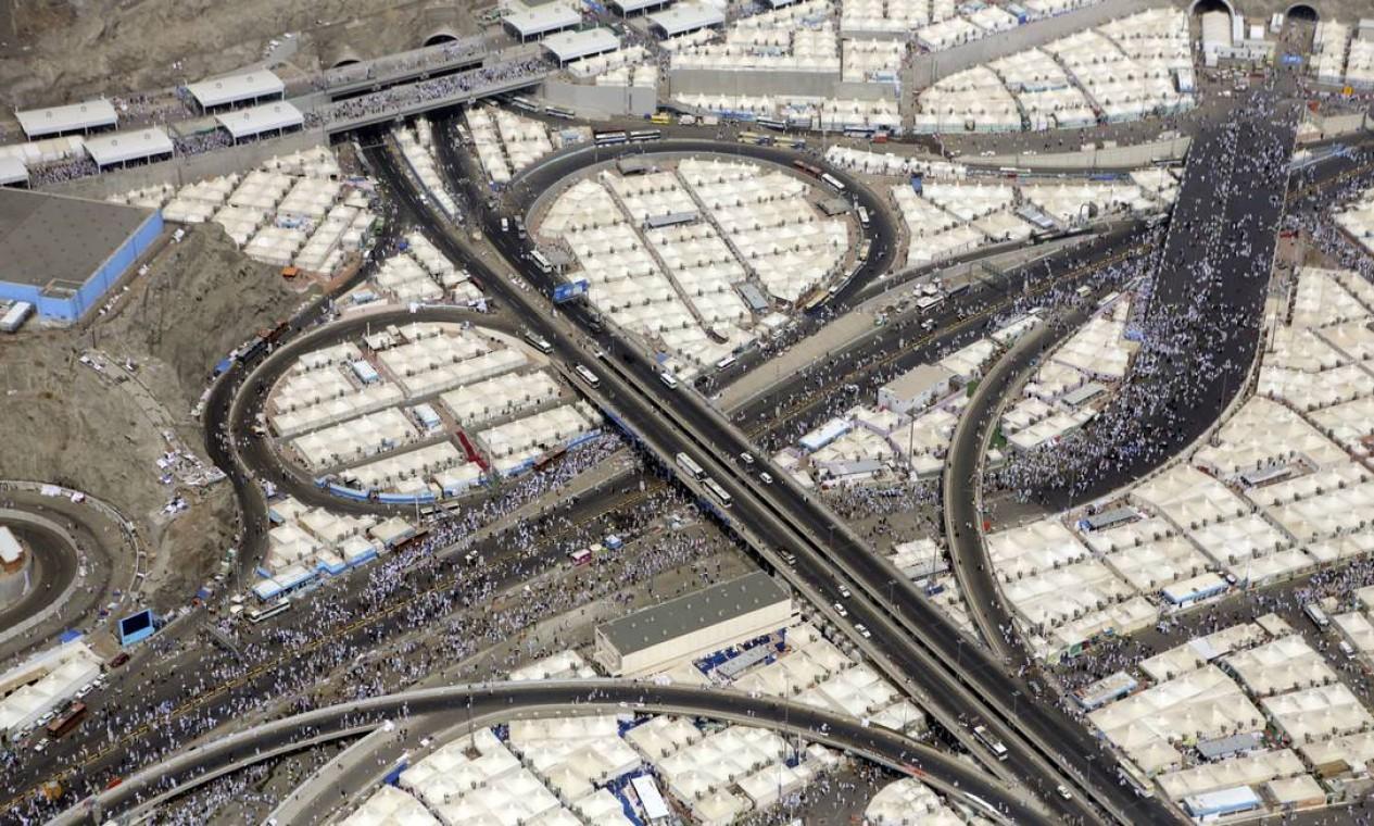 Vista aérea mostra multidão de peregrinos Foto: Khalid Mohammed / AP