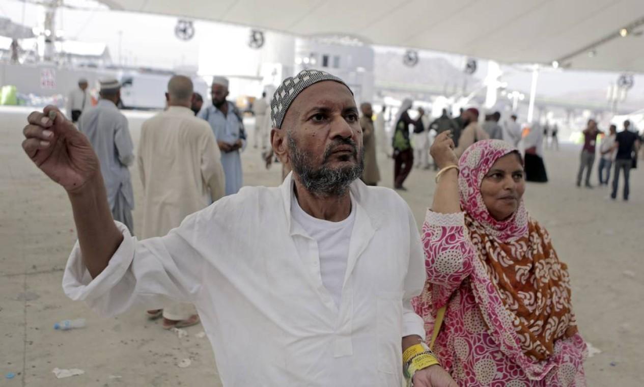 Peregrinos muçulmanos lançam pedras em um apedrejamento simbólico contra o diabo Foto: Khalid Mohammed / AP